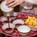 Катипа Апай превращает чай в вино, фрагмент перфоманса, photo by STAB